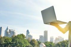 Lap-top με το χρυσό φως στο πάρκο Στοκ φωτογραφία με δικαίωμα ελεύθερης χρήσης