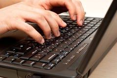 lap-top πληκτρολογίων χεριών Στοκ φωτογραφία με δικαίωμα ελεύθερης χρήσης