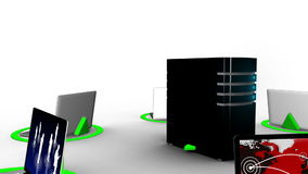 Lap-top που συνδέουν με τον κεντρικό υπολογιστή μέσω Διαδικτύου ελεύθερη απεικόνιση δικαιώματος