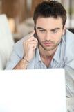lap-top που φαίνεται άτομο σοβαρό Στοκ εικόνα με δικαίωμα ελεύθερης χρήσης