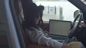 lap-top που χρησιμοποιεί τη γυναίκα απόθεμα βίντεο