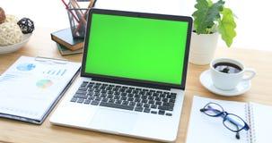 Lap-top στο γραφείο με την πράσινη οθόνη απόθεμα βίντεο