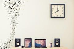 Lap-top, ταμπλέτα και έξυπνο τηλέφωνο ηλεκτρική μουσική απεικόνισης κιθάρων έννοιας Στοκ Εικόνες