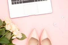 Lap-top, τριαντάφυλλα και παπούτσια στοκ φωτογραφία