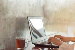 lap-top υπολογιστών που χρησι& Στοκ Εικόνες