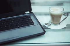lap-top φλυτζανιών καφέ Στοκ Φωτογραφίες