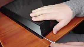 Το lap-top, αφαίρεσε την πίσω κάλυψη, τα ορατά τσιπ και το χέρι ενός κυρίου Η έννοια των lap-top και των υπολογιστών επισκευής Ξε απόθεμα βίντεο