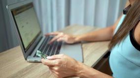Σε απευθείας σύνδεση έννοια αγορών Χέρια γυναικών που κρατούν την πιστωτική κάρτα και που χρησιμοποιούν το lap-top φιλμ μικρού μήκους