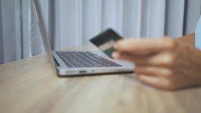 Σε απευθείας σύνδεση έννοια αγορών Χέρια γυναικών που κρατούν την πιστωτική κάρτα και που χρησιμοποιούν το lap-top απόθεμα βίντεο