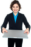 Όμορφη επιχειρηματίας που παρουσιάζει ένα lap-top Στοκ εικόνα με δικαίωμα ελεύθερης χρήσης