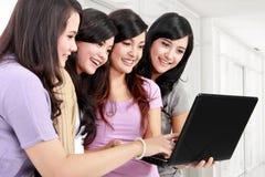 Κορίτσια με το lap-top Στοκ εικόνες με δικαίωμα ελεύθερης χρήσης