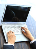 Δακτυλογράφηση προσώπων σε ένα σύγχρονο lap-top Στοκ φωτογραφίες με δικαίωμα ελεύθερης χρήσης