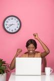 Κινηματογράφηση σε πρώτο πλάνο της γιορτάζοντας νέας γυναίκας που χρησιμοποιεί το lap-top Στοκ Φωτογραφίες