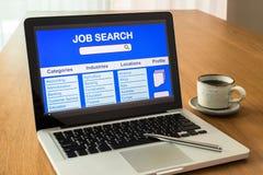 Το lap-top παρουσιάζει ενδιάμεσο με τον χρήστη της σε απευθείας σύνδεση αναζήτησης εργασίας Στοκ Εικόνες