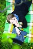 lap-top κοριτσιών Στοκ Φωτογραφίες