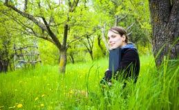 Γυναίκα με το lap-top υπαίθρια Στοκ Εικόνες