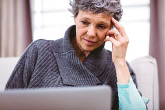 Ωριμάστε τη σκέψη γυναικών χρησιμοποιώντας το lap-top Στοκ Εικόνα