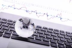 επιχειρησιακή έννοια της σφαίρας γυαλιού σε ένα πληκτρολόγιο lap-top Στοκ εικόνες με δικαίωμα ελεύθερης χρήσης