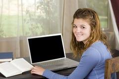 lap-top κοριτσιών Στοκ εικόνα με δικαίωμα ελεύθερης χρήσης