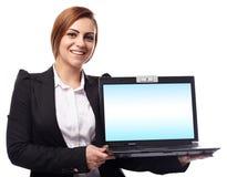 Επιχειρηματίας που παρουσιάζει ένα lap-top με το copyspace στο όργανο ελέγχου Στοκ Φωτογραφίες