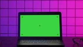 Lap-top Gamer σε έναν πίνακα με την άποψη στην οθόνη Πράσινη επίδειξη προτύπων οθόνης φιλμ μικρού μήκους