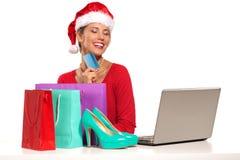 ο υπολογιστής Χριστουγέννων αγοράς ανασκόπησης που κάνει κάτω από τα συγκινημένα δώρα το Διαδίκτυό της απομόνωσε το lap-top on-li Στοκ Εικόνες