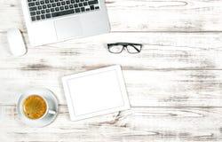 Lap-top, PC ταμπλετών, καφές Επιχειρησιακά κοινωνικά μέσα blogger Στοκ Εικόνα