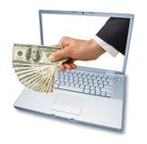 χρήματα lap-top χεριών υπολογι&sig Στοκ εικόνα με δικαίωμα ελεύθερης χρήσης