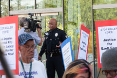 LAPD urzędnik Przeprowadzający wywiad TV wiadomością Obrazy Royalty Free