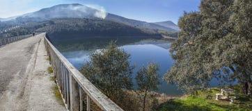LaPesga bro över Gabriel y Galan behållarvatten, Spanien Royaltyfri Fotografi