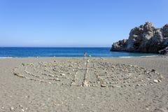 Lapida i simboli sulla spiaggia Immagini Stock Libere da Diritti