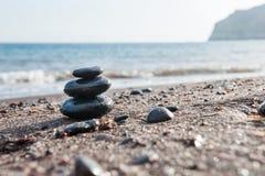 Lapida la piramide sulla spiaggia immagine stock libera da diritti