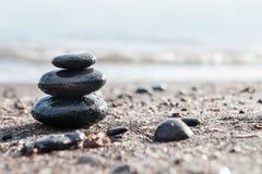 Lapida la piramide sulla spiaggia fotografia stock