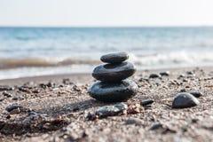 Lapida la piramide sulla spiaggia, mare nei precedenti immagine stock libera da diritti