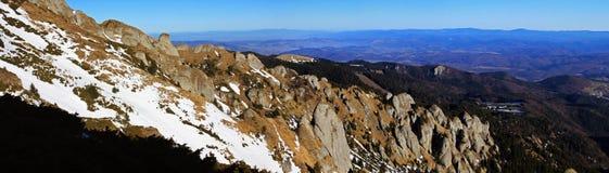 Lapide des abîmes en montagnes de Ciucas, Roumanie image stock