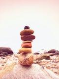 Lapide le zen de symbolisation de pyramide, harmonie, cailloux d'équilibre Océan à l'arrière-plan Photographie stock