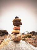 Lapide le zen de symbolisation de pyramide, harmonie, cailloux d'équilibre Océan à l'arrière-plan Image stock