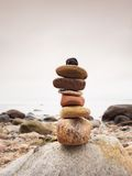 Lapide le zen de symbolisation de pyramide, harmonie, cailloux d'équilibre Océan à l'arrière-plan Photo libre de droits
