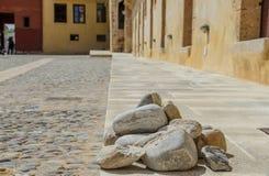 Lapide les pavés ronds antiques dans le musée maritime de Chania, Cr Photo stock