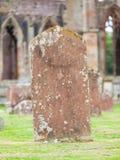 Lapide molto vecchia nel cimitero fotografia stock libera da diritti