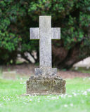 Lapide molto vecchia nel cimitero fotografia stock