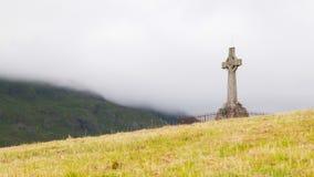 Lapide molto vecchia nel cimitero immagini stock