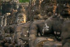 Lapidez les statues découpées d'Asuras sur le pont Images libres de droits