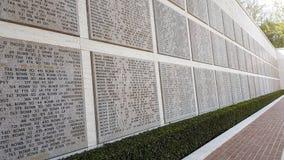 Lapidi che portano i nomi dei soldati americani che sono morto durante la seconda guerra mondiale in Florence American Cemetery e fotografia stock libera da diritti