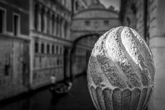 Lapidi il dettaglio scolpito della colonna a Venezia, Italia, in bianco e nero Immagine Stock Libera da Diritti