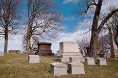 Lapidi su una collina in un cimitero Immagini Stock
