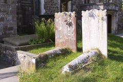 Lapidi in un cimitero pieno di sole del paese Fotografie Stock Libere da Diritti