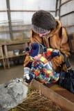 Lapin alimentant d'enfant en bas âge Images libres de droits