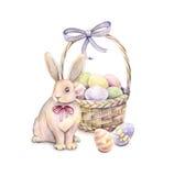 Lapin avec le panier de Pâques sur un fond blanc Colorez les oeufs de pâques Retrait d'aquarelle Travail manuel Photographie stock libre de droits