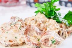 Lapin avec les champignons et la sauce crème Image stock